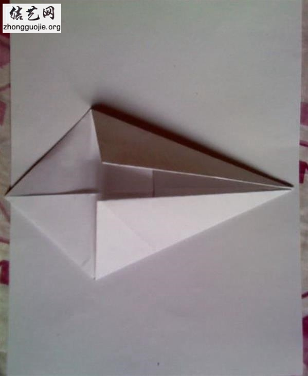 这个是我上小学的时候跟同班同学学的,有一天无聊的时候突然想起来了,顺手折一下试试,结果还没全忘了,一边回忆着一边折出来了,感觉还不错,最起码有点童年的感觉了,现在给大家分享一下。简易仿真纸飞机折纸制作原料: 纸若干张(要求不能太软了)剪刀或裁纸刀(如果你对自己手撕纸的技术不够自信的话) 折纸飞机大全步骤: 1、首先裁出正方形的纸一块(我想这块应该不用我废话了吧,经常折纸的盆友们应该都能会)。然后同样大小的正方形再裁出三块,总共是四块,分别对应的是两个飞机翅膀、一个机身和一个机尾。 2、然后把裁好的正方形的