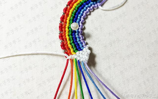 几根线这么一编,就做成了一个小彩虹,真简单
