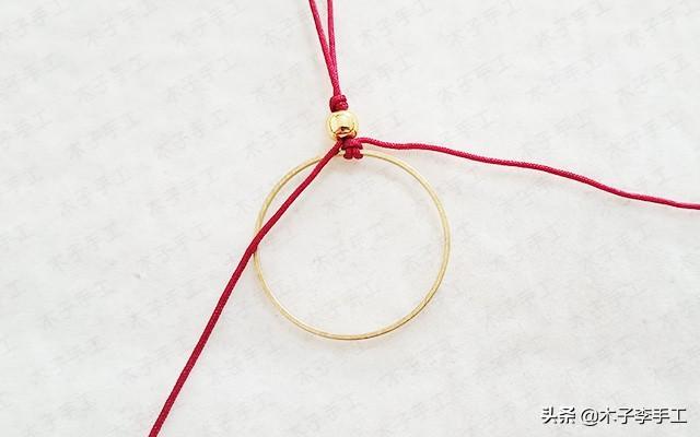用绳子编一个简单大方的手机挂饰,送人也是很不错的