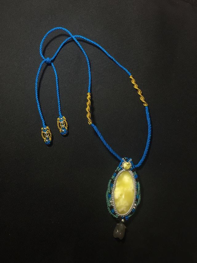 传统编绳工艺把蜜蜡包起来,展现出时尚与古典的完美结合