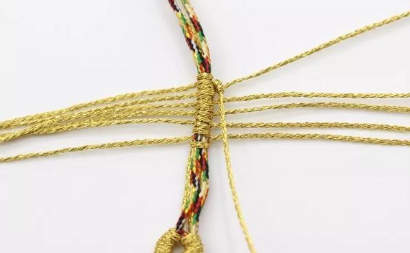 找根金色的绳子,编片菩提叶,做手链、挂件都好,好看更好寓意