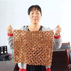 野桃核坐垫、中国结,他们勤劳的双手编织出美好的生活