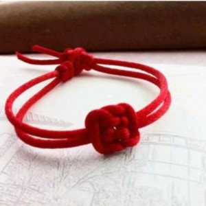 一根红绳编一编,马上变成一个简单的小戒指,本命年的可以来一个
