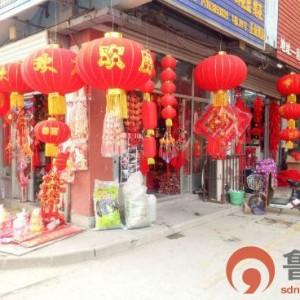 泰安:年味商品热销 中国结、鞭炮类小挂件成为新宠