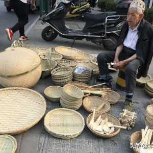 特色手工竹编受青睐,老艺人头戴竹篮吸引顾客,街头摆摊日销千元