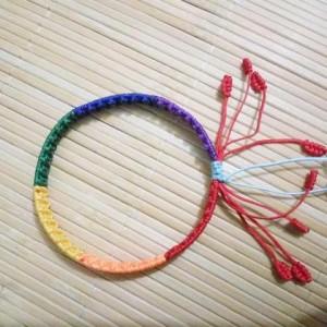 简单漂亮的彩虹手链编织图解教程,详细步骤