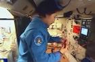 我国第一位女航天员在天宫编中国结呢!