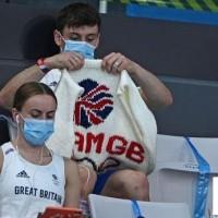 在比赛期间编织的奥运冠军展示工作成果