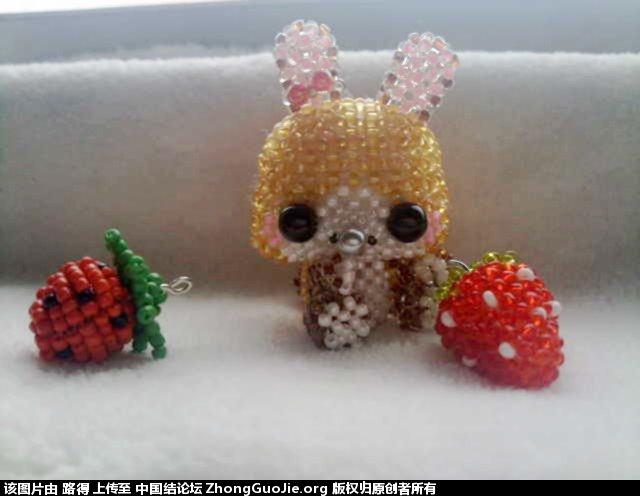 中国结论坛 带草莓的小兔子  串珠其他手工资料分享 0840382nh21g8gxauak66b