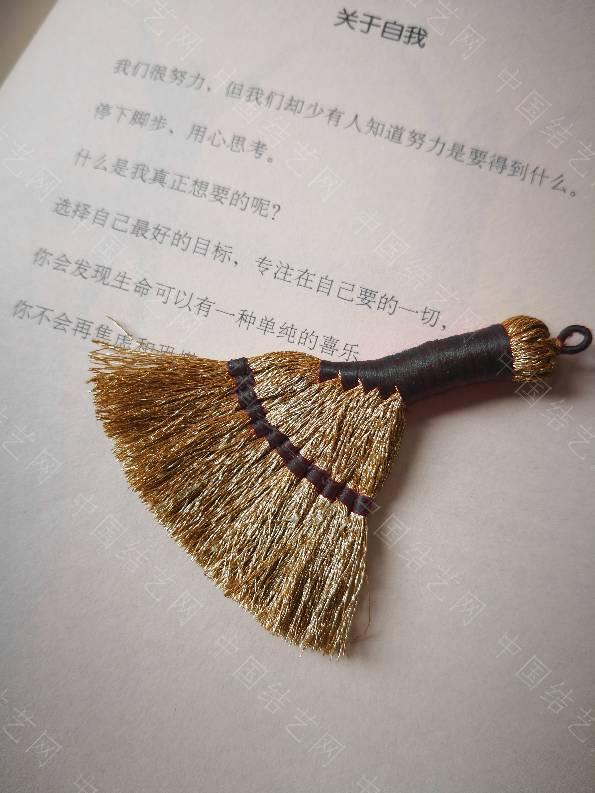 中国结论坛 跟风做个小扫帚,扫走一切不好!2019,一切都好好的! 手工绳小扫帚的编法,手工教你扎笤帚视频,编织金线扫把教程视频,手工扎扫帚全视频教程,塑料簸箕不挨地怎么办 作品展示 093033j2wnzcdclw22acc4