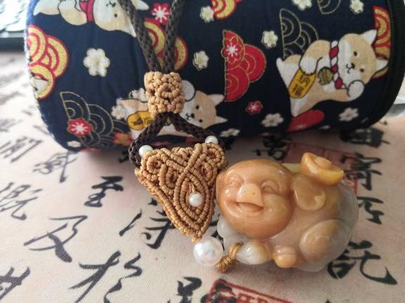 中国结论坛 帮朋友做了个把件绳,小猪笑得好可爱  作品展示 125602qq1uiqo1dino1u41