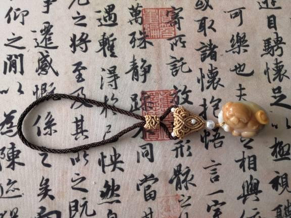 中国结论坛 帮朋友做了个把件绳,小猪笑得好可爱  作品展示 125604mr12znrepmqpnzjp
