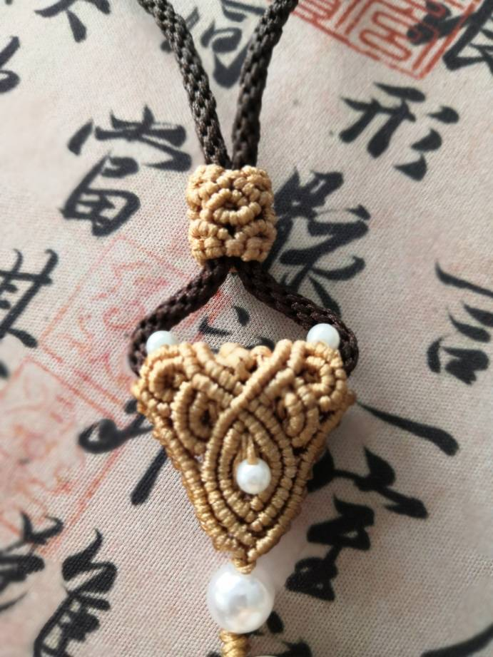 中国结论坛 帮朋友做了个把件绳,小猪笑得好可爱  作品展示 125605mity6gtzgosz34mm