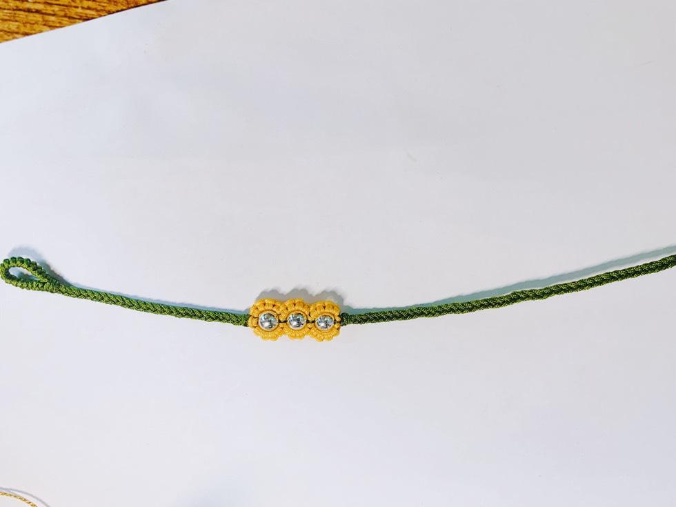 中国结论坛 今天做了一对简单清新的向日葵手链 手链,中国结向日葵编法图解,中国结百合花编织方法,向日葵手链编织教程,斜卷结太阳花的编法 作品展示 174747qssuog2jf4wwfudx