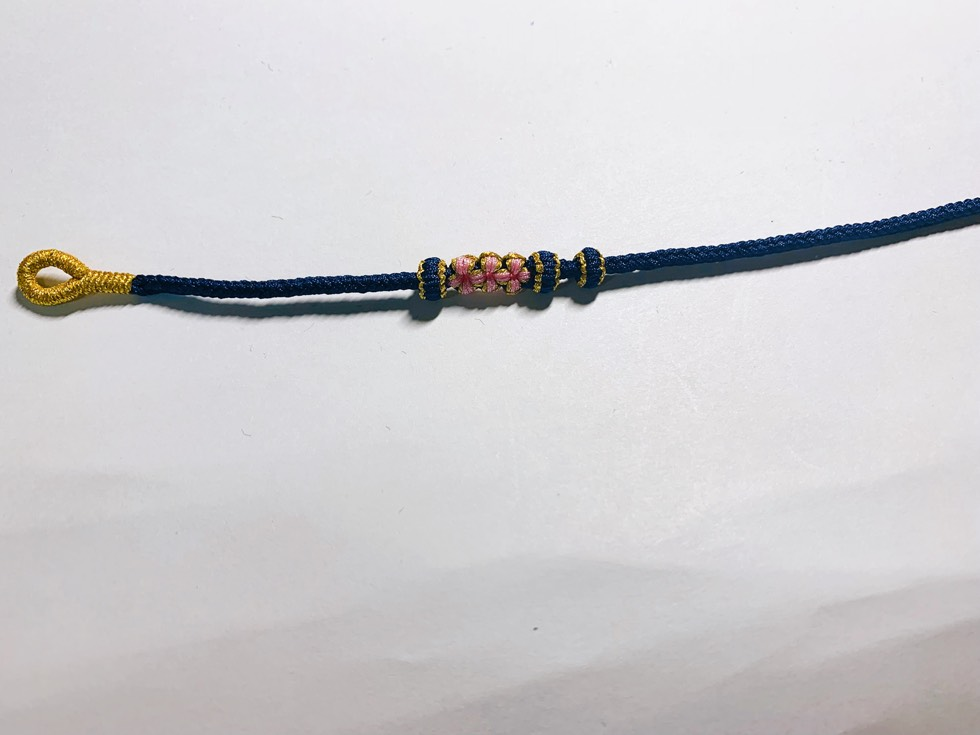 中国结论坛 给同学做的一款藏蓝色的桃花手链 手链,最简单的好看手链编法,编织樱花手链,红绳手链编法,五瓣桃花手绳编法 作品展示 235751itivrtmzsiestzbr