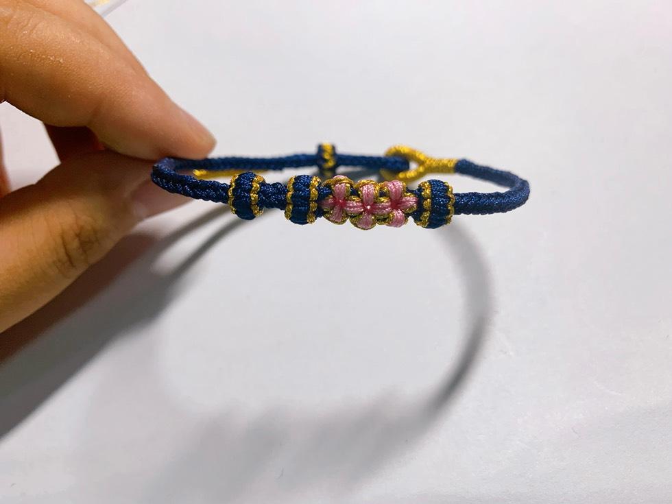中国结论坛 给同学做的一款藏蓝色的桃花手链 手链,最简单的好看手链编法,编织樱花手链,红绳手链编法,五瓣桃花手绳编法 作品展示 235751z6qiv30jiz04xwu6