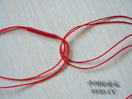 中国结论坛 三生绳三层红绳手链的编法(多图) 手链,一根红绳怎么编手链,各种寓意好的绳结手链,二根绳子各种编法图解 图文教程区 46ef80cfaadd3d1565a3b6021e2bdcc210