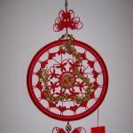 秀一个庆祝建党90周年中国结作品。作品主要用一组磬结、蝴蝶结加龙形装饰、党徽组成。