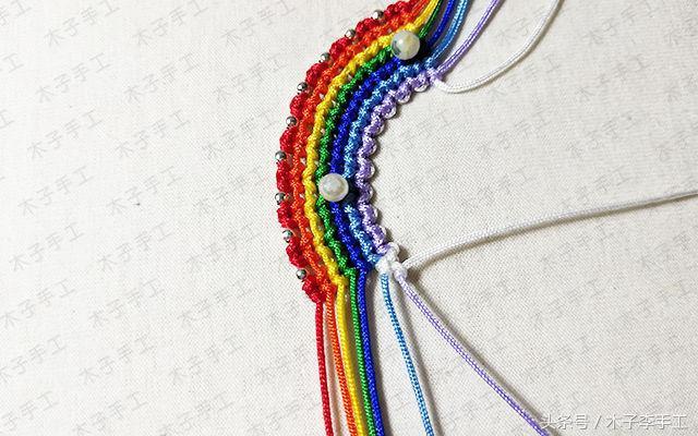 超可爱的小彩虹的红绳编织图解