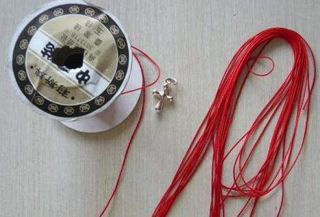 用红绳亲手给女朋友编了这根脚链,她感动到哭