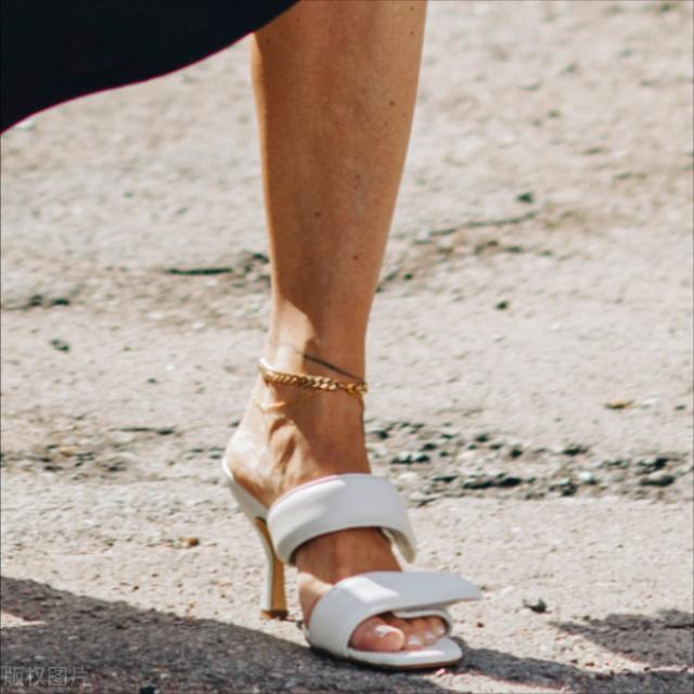 精致女孩不能忽略的心机地带,一根时髦的脚链让你的脚踝更性感