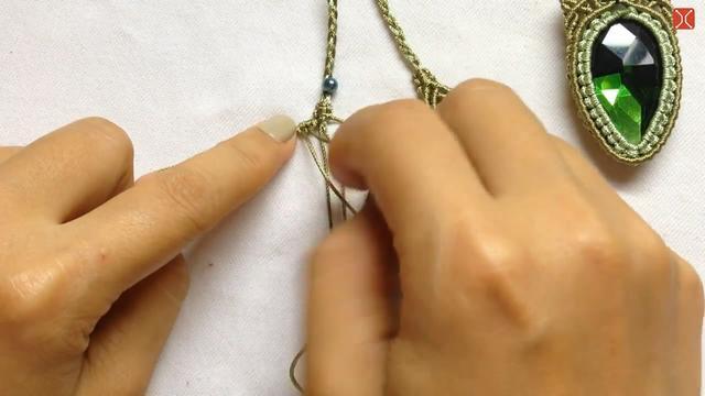 教你学会如何编织精美的宝石项链,步骤详细又简单,很有创意!