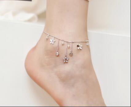 个性又不失优雅,显出女性的小巧气质的脚链