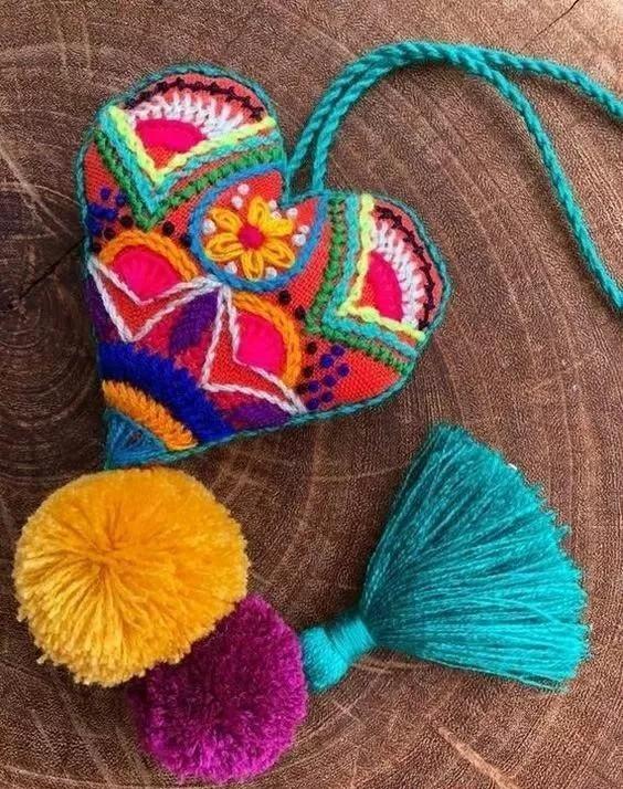 家里布头别扔了,结合刺绣后,做出的小挂件,质朴好看!附教程