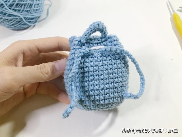 """毛线编织的迷你""""包包挂件""""太可爱了!背出门再也不用担心撞包了"""