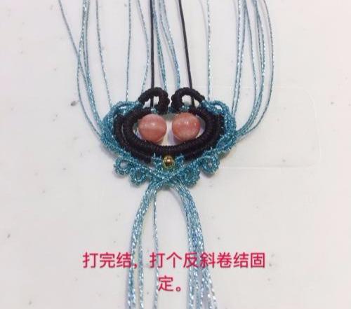 「教你编绳」两个红纹石用玉线与银线做成绳头,大家感觉漂亮么