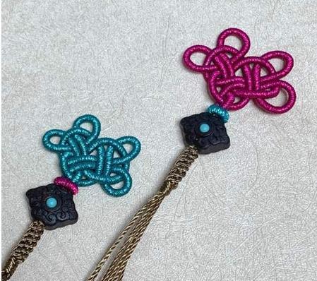 用绕线做一个花结,玉石文玩界很常用,怎么配都好看