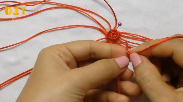 「DIY绳编系列」小草莓钥匙链挂件的编织方法(步骤3-1)