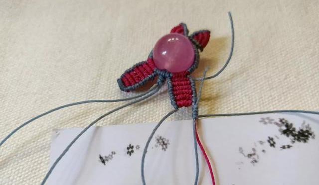 可爱的小兔编绳挂饰:蜡绳围绕珠子编一圈,结绳编织附教程