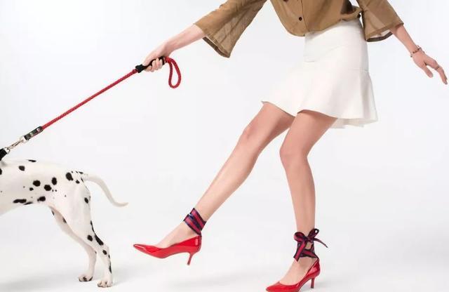一条丝巾也可以从头系到脚,跟江疏影学丝巾搭配法,搭出贵妇感