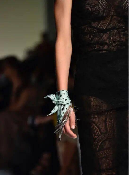 丝巾系法|一条丝巾打造多种风格,行走的艺术