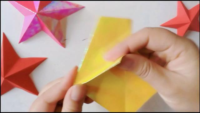 五角星的折剪:最惬意的亲子时光,来和小宝贝一起做个手工剪纸吧