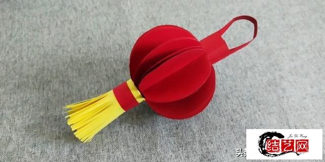 快过年了,用彩纸做个红红火火的灯笼吧,灯笼折纸图解