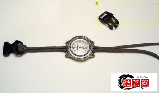 用伞绳编一根独特的手表表链,不但彰显个性,也是一个求生工具